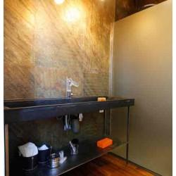 Salle de bains avec application murale de Flexi Pierre Vert Europa, finition huilée