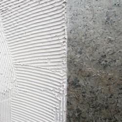 Flexi-pierre référence Gris Mercure en cours de pose à la spatule crantée, détail.